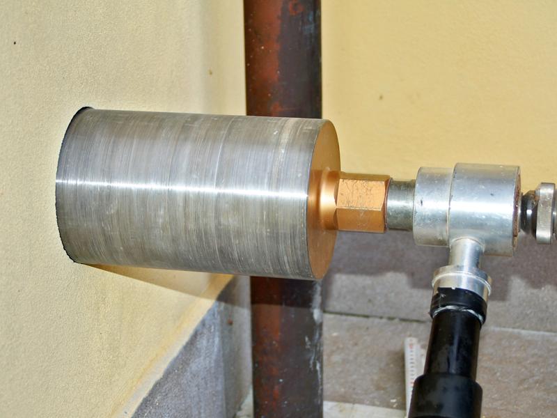 Presa d 39 aria nel muro con sega a tazza contro l 39 umidit - Contro l umidita in casa ...