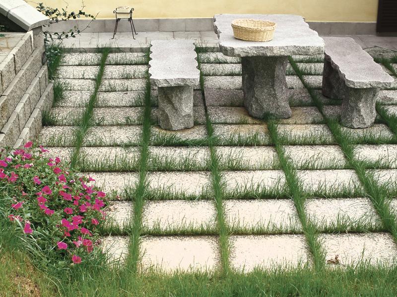 Piastrelloni da giardino con erba bricoportale fai da - Pavimentazione giardino senza cemento ...