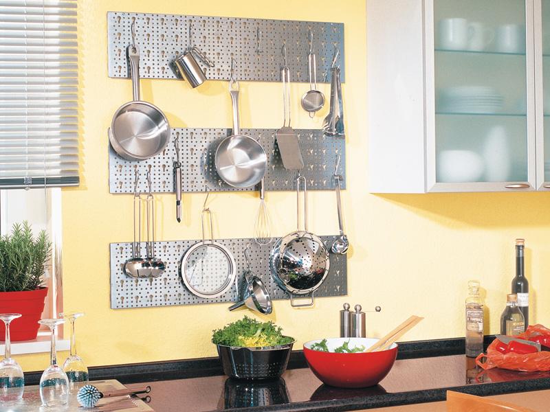 Griglia in metallo satinato per appendere gli utensili della cucina - Parete in legno fai da te ...