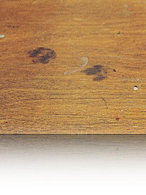 mobile di legno macchiato con profuma ambienti