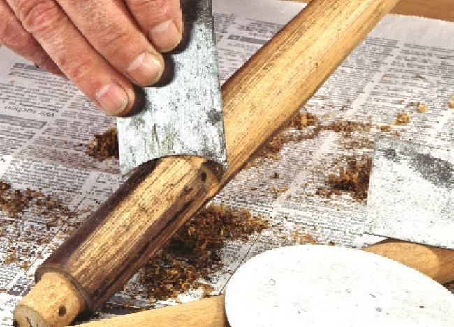 sverniciatura legno con carta abrasiva