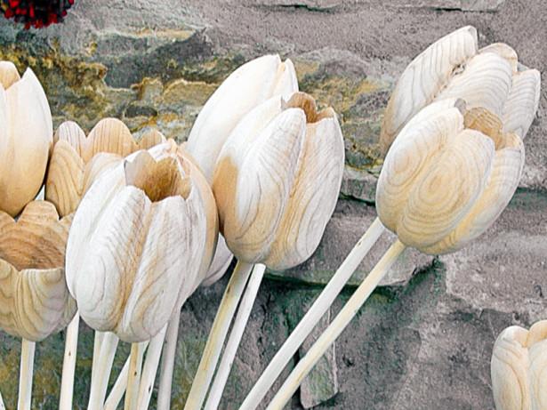 Scolpire il legno per realizzare dei fiori
