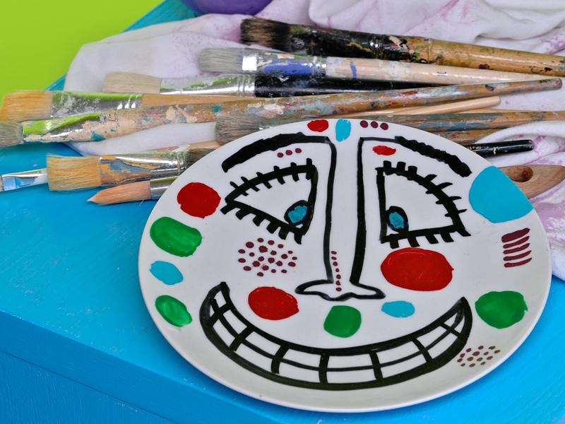 piatto decorato con colori per ceramica