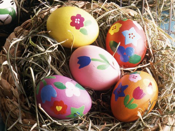 Uova decorate per Pasqua con lo stencil