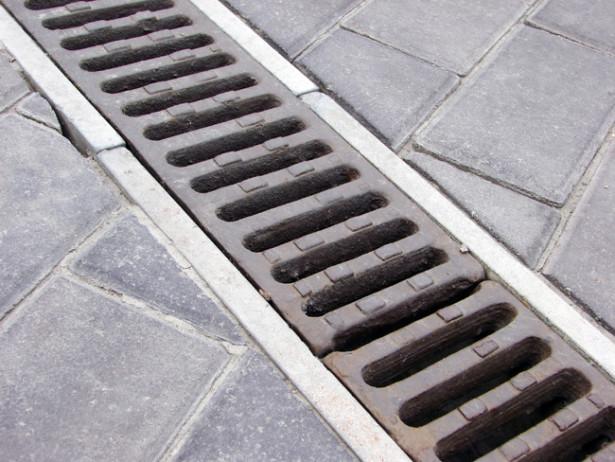 Installare canalette prefabbricate per raccolta acque