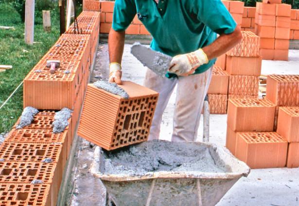 Come erigere un muro di mattoni