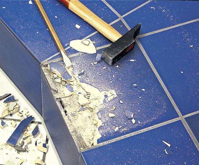 demolire in sicurezza, attrezzi per demolizione, demolire, martello demolitore, mazzetta, scalpello, mazza