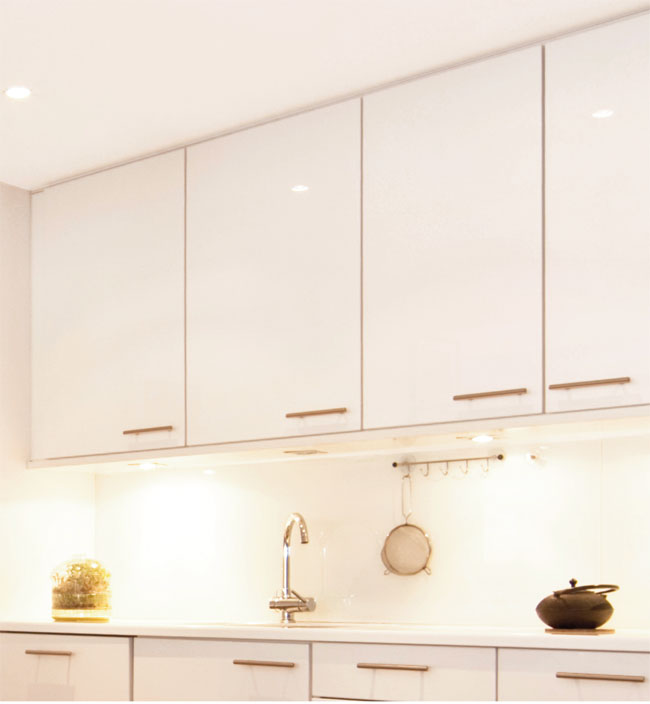 Come regolare le ante della cucina con il cacciavite - Riverniciare ante cucina ...
