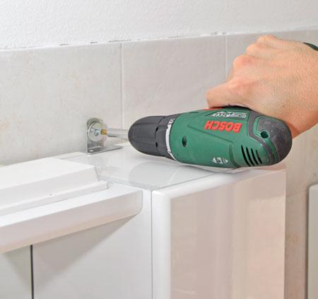 Specchiera del bagno come fare i collegamenti elettrici - Forare piastrelle ...