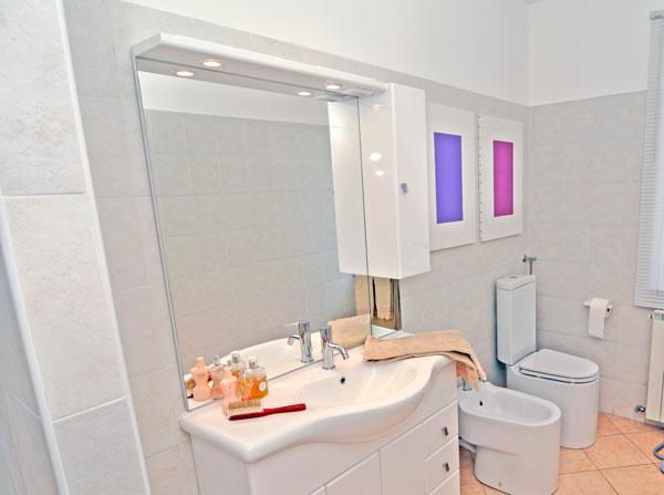 Specchiera del bagno come fare i collegamenti elettrici - Come fare per andare in bagno ...