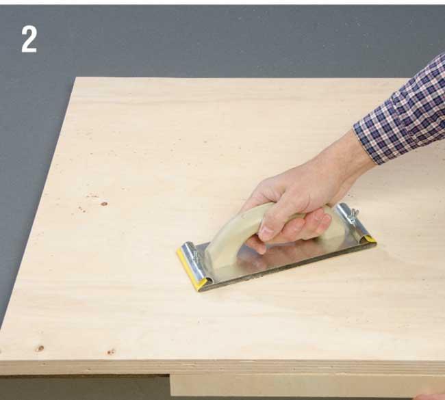 carteggiatura legno con carta abrasiva