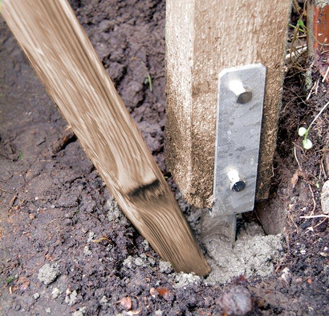 piantare un palo nel terreno
