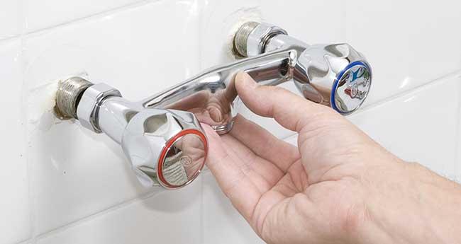 Come smontare un rubinetto a muro e sostituirlo con uno nuovo