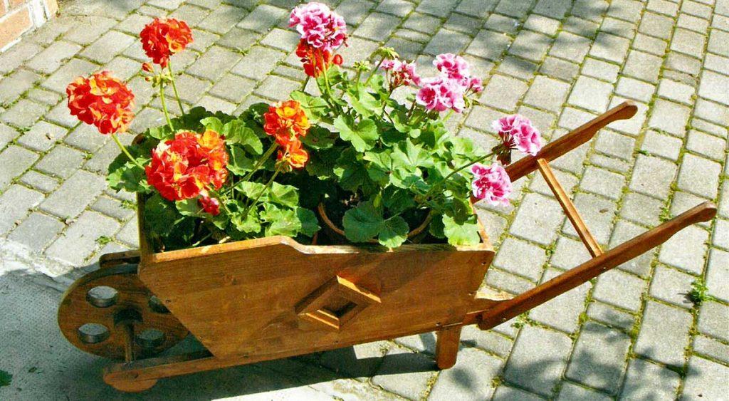 Carriola in legno fai da te fioriera come costruirla con for Lavori fai da te in casa