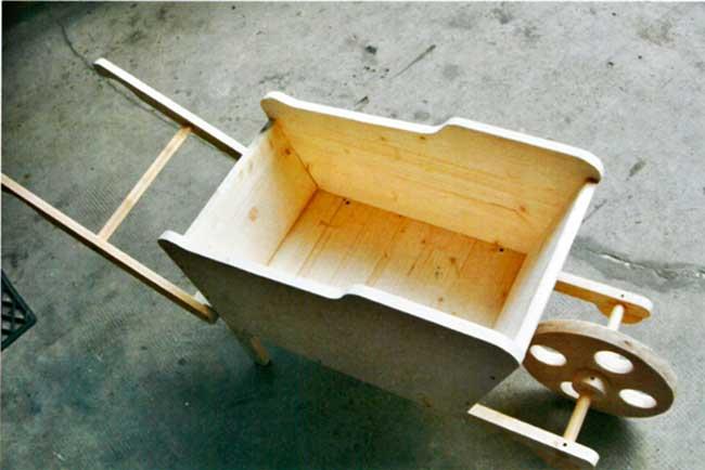 Carriola in legno fai da te fioriera come costruirla con for Fioriera carriola