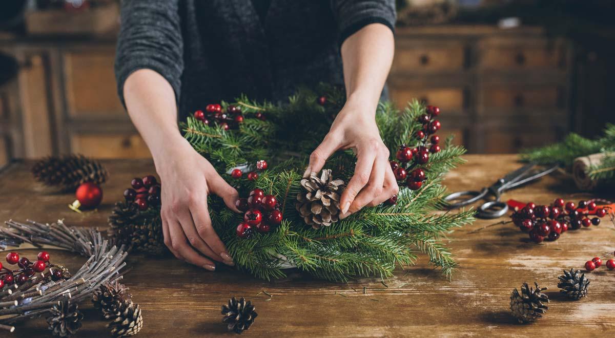 Addobbi Natalizi Con Frutta decorazioni natalizie con noci, bacche, foglie colorati d'oro