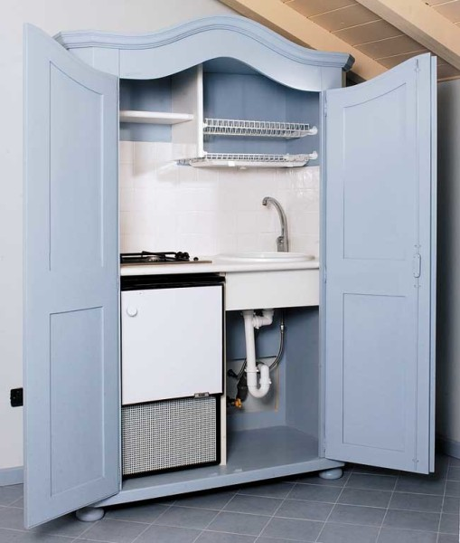 Cucina nascosta in un armadio costruzione fai da te for Costruire isola cucina