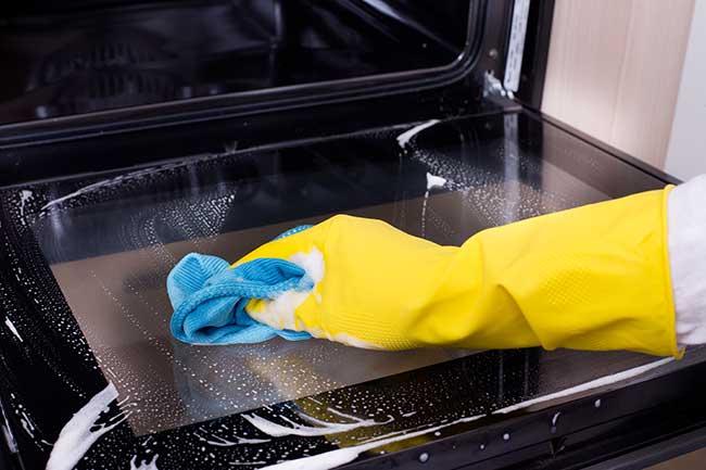 pulizia del forno con panno in micorfibra