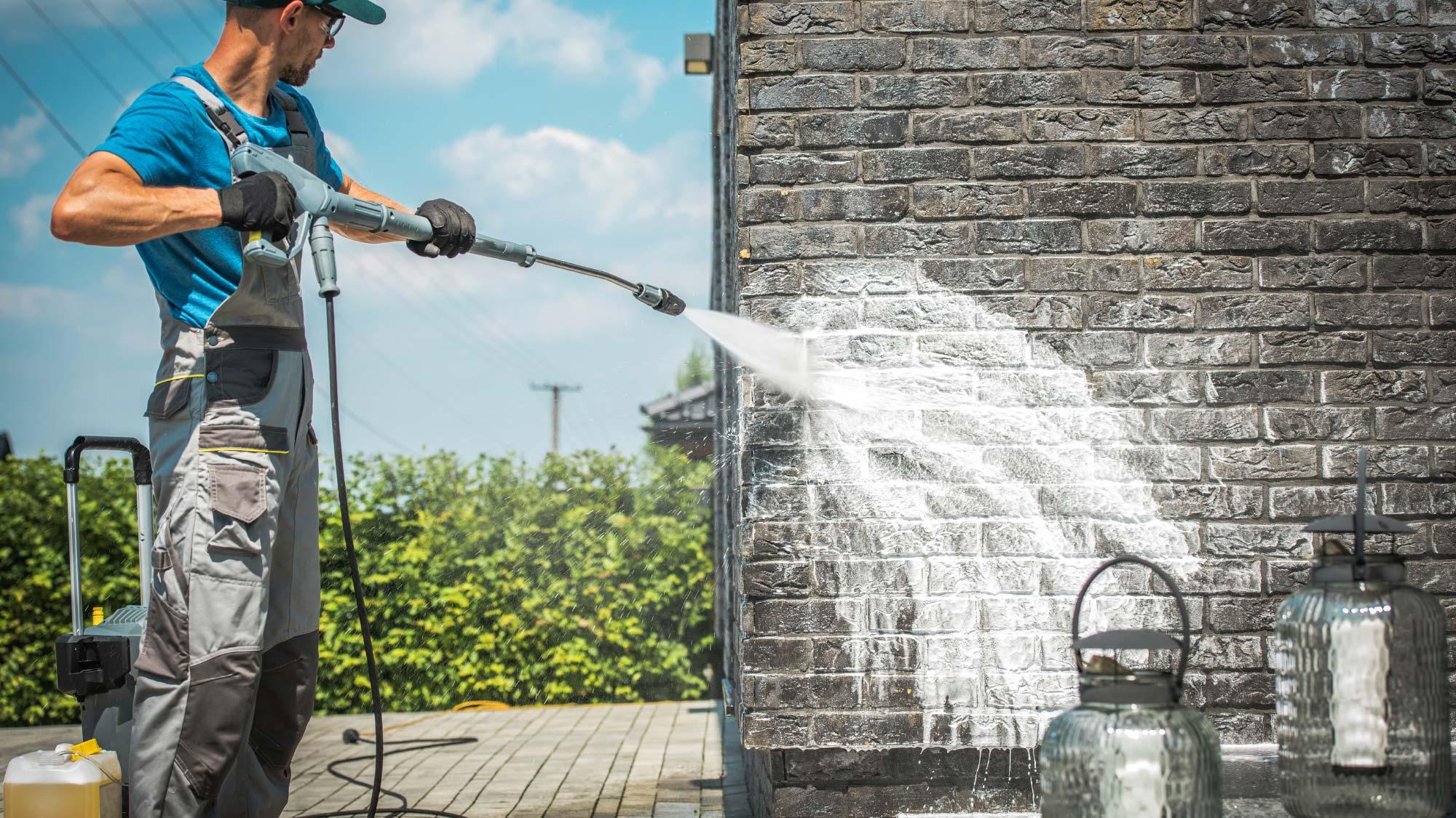 Pulire facilmente esterni, attrezzature e arredi da giardino con le idropulitrici