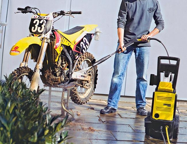 pulizia moto con idropulitrice