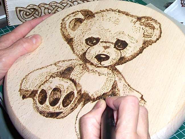 come scrivere su legno
