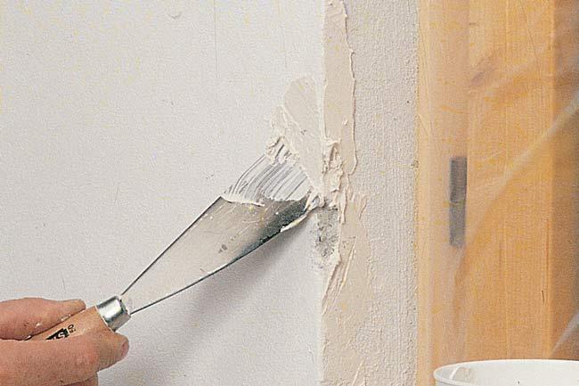 riparare uno spigolo con stucco pronto