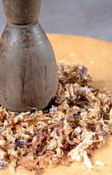 Pestiamo nel mortaio i semi per il pout pourri