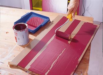 applica smalto acrilico rosso