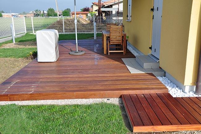 Come posare un marciapiede in legno pregiato bricoportale for Case con verande tutt attorno